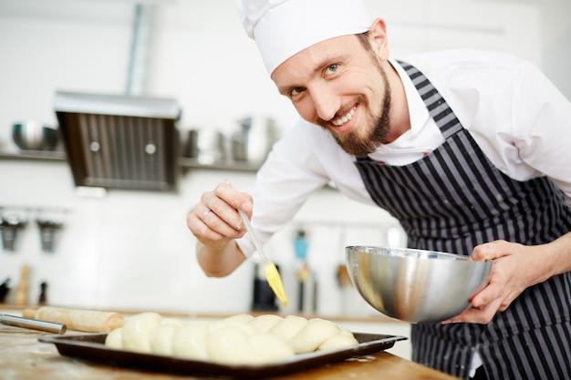 Chef de pastelaria feliz Foto gratuita
