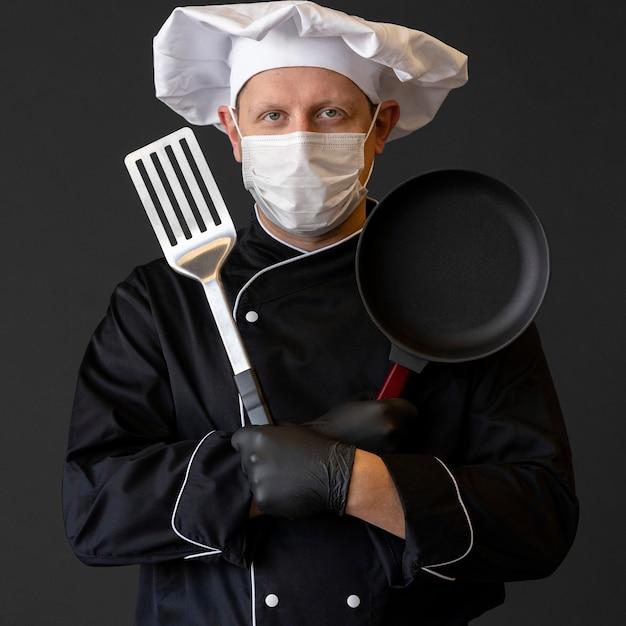 Chef de tiro médio usando máscara médica Foto gratuita
