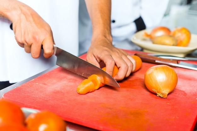 Chef em cozinha de restaurante Foto Premium