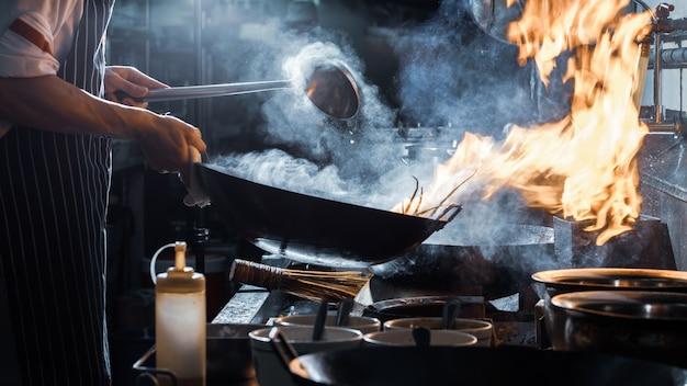 Chef está mexendo legumes Foto Premium