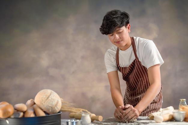 Chef hipster elegante mãos preparando pão raw massa de pão com ingredientes Foto Premium