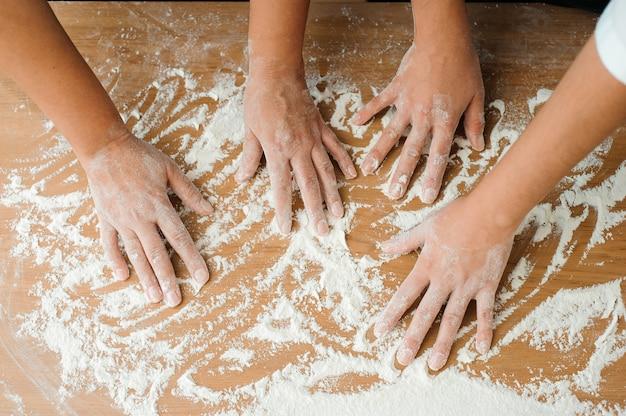 Chef prepara massa. processo de cozimento, trabalhe com farinha. Foto Premium