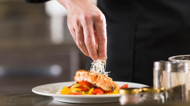 Chef prepara um prato de comida saudável Foto Premium