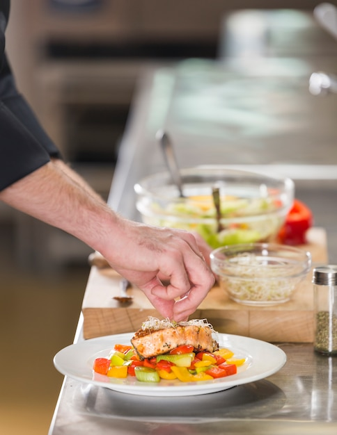 Chef prepara um prato de comida saudável Foto gratuita