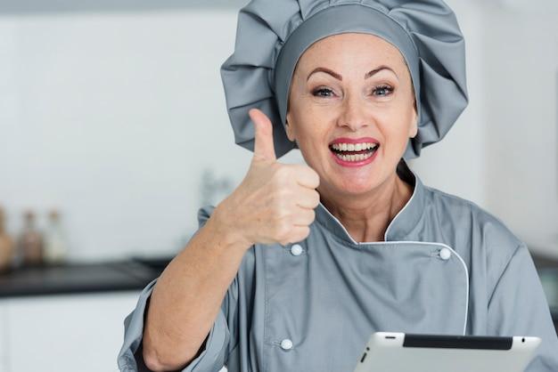 Chef sorridente mostrando sinal ok Foto gratuita