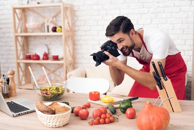 Chef tiro alimentos ingredientes para espectadores de podcast culinário. Foto Premium