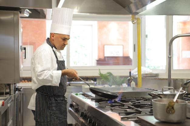Chef trabalhando na cozinha Foto Premium