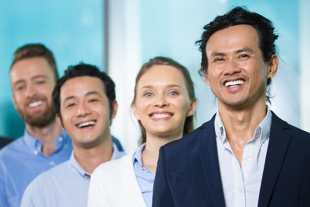 Chefe executivo asiático líder das pessoas Foto gratuita