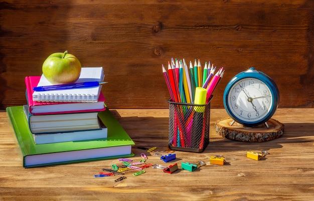 Chegou a hora, de volta à escola! material escolar em madeira Foto Premium