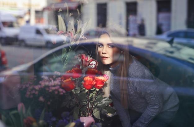 Cheirando lindas flores Foto Premium