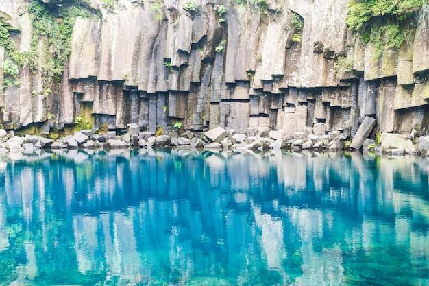 Cheonjeyeon cachoeiras em jeju isaland Foto Premium