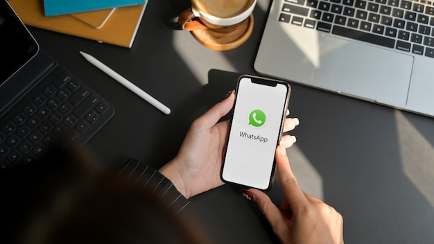 Chiang mai, tailândia - 1 de fevereiro de 2020: fêmea usando o aplicativo whatsapp no iphone. whatsapp é aplicativo de mensagens Foto Premium