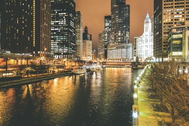 Chicago river at night Foto gratuita