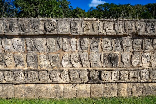 Chichen itza tzompantli a parede das caveiras Foto Premium