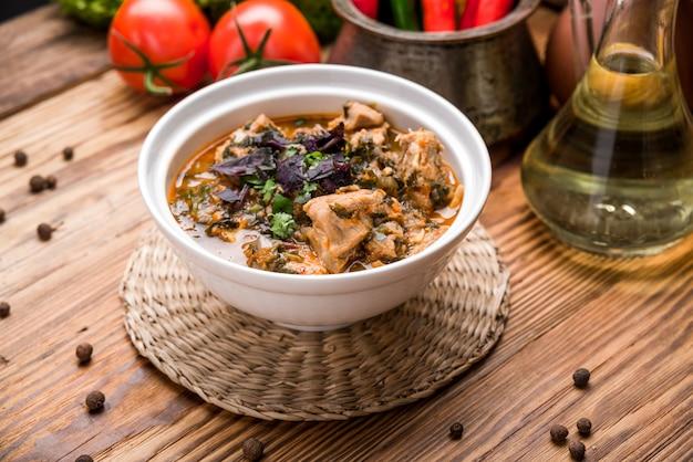 Chikhirtma - sopa georgiana tradicional. feito com caldo de galinha rico Foto Premium