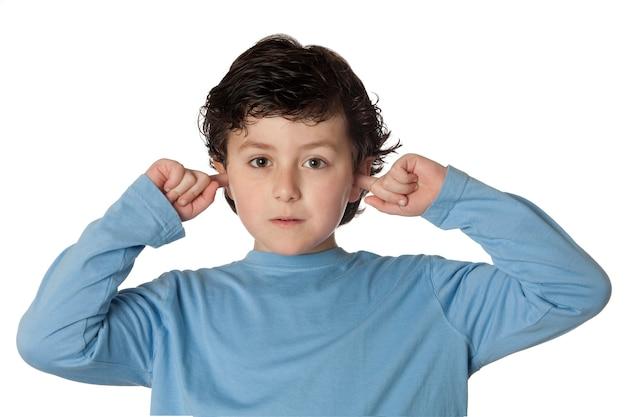 Chil bonita que cobre as orelhas isoladas no fundo branco Foto Premium