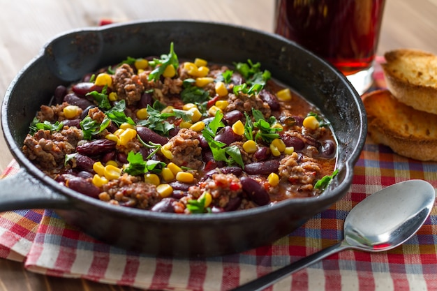 Chili com carne e ingredientes Foto Premium