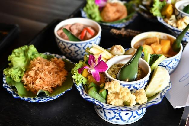 Chili e caril de vegetais frescos são servidos para turistas estrangeiros. comida tailandesa popular com delicioso sabor Foto Premium