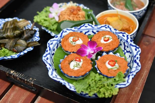 Chili e caril de vegetais frescos são servidos para turistas estrangeiros. Foto Premium