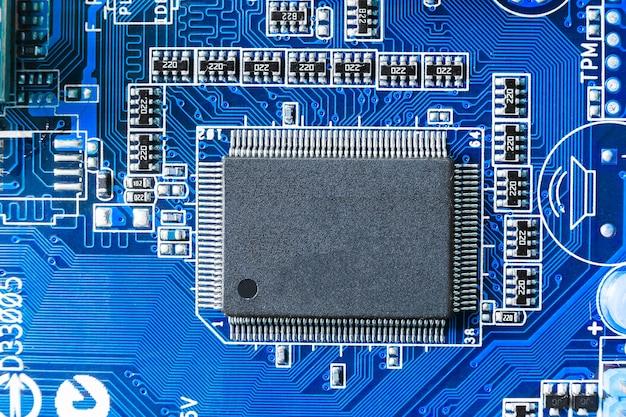 Chip eletrônico e componentes smd na placa de circuito azul Foto Premium