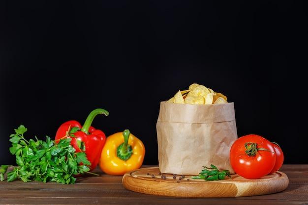 Chips nachos no pacote. pimentas e tomates. Foto Premium