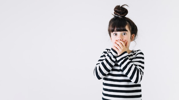 Chocado, menina, cobertura, boca Foto gratuita