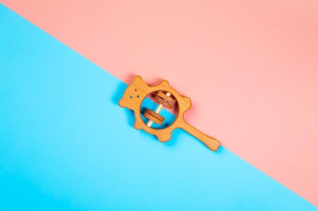 Chocalho de madeira de faia em um fundo geométrico vibrante multicolorido isolado. Foto Premium
