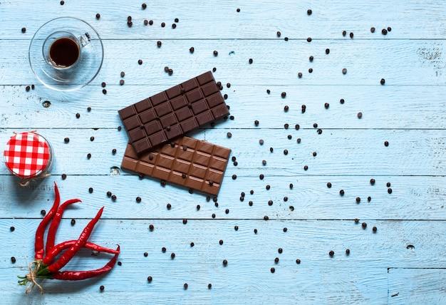 Chocolate amargo e chocolate ao leite, com pimenta vermelha quente, Foto Premium
