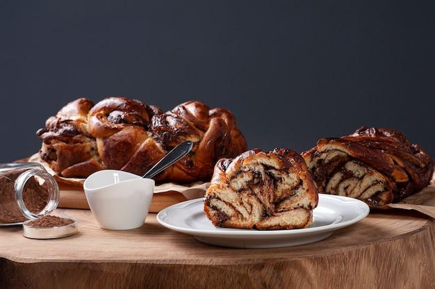 Chocolate babka ou pão brioche com creme de avelã Foto Premium