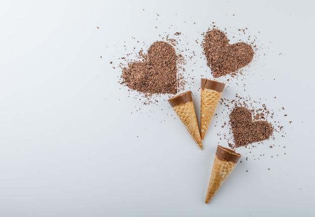 Chocolate com chocolate ralado em cones Foto gratuita