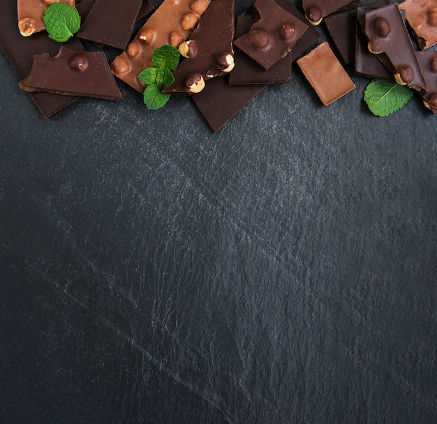 Chocolate com fundo de nozes Foto Premium