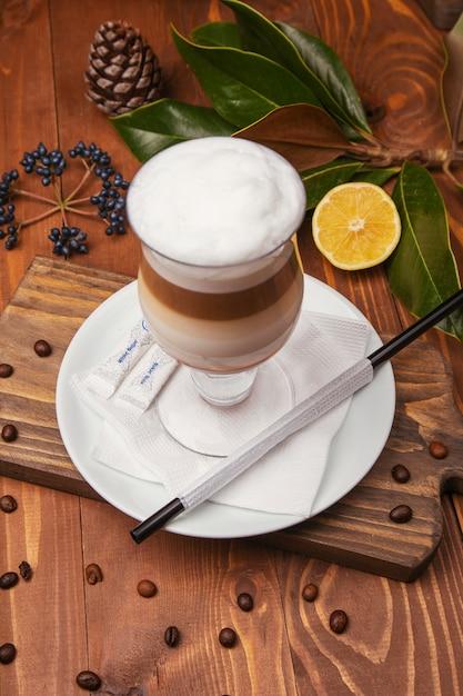 Chocolate mousse de creme de baunilha cappuchino, batido leitoso em copo de vidro Foto gratuita