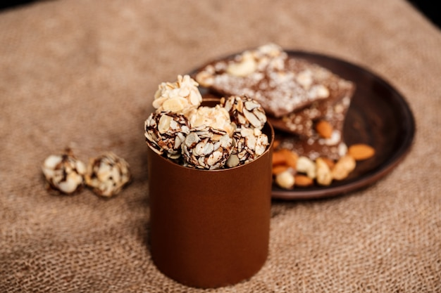 Chocolate nozes e canela de saco. Foto gratuita