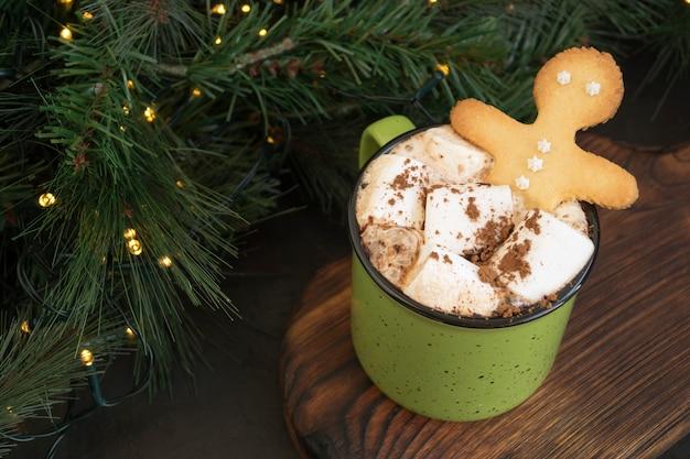 Chocolate quente com marshmallow em uma xícara verde Foto Premium