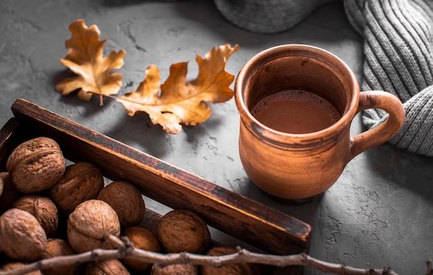 Chocolate quente com nozes e folhas Foto gratuita