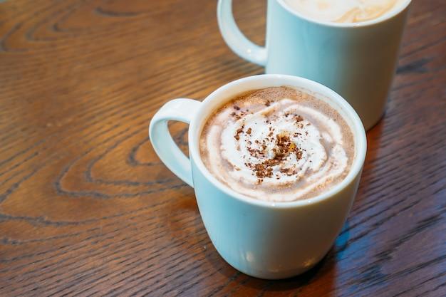 Chocolate quente e chocolate em copo branco ou caneca Foto gratuita