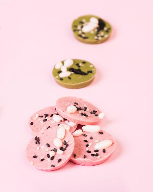 Chocolate saboroso com sabores diferentes, organizar em superfície lisa Foto gratuita