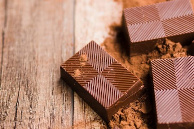 Chocolate saboroso e migalhas de cacau Foto gratuita