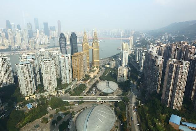 Chongqing, china, arranha-céu, cidade de negócios de edifício alto de linha de céu em tempo de dia, rio yangze Foto Premium