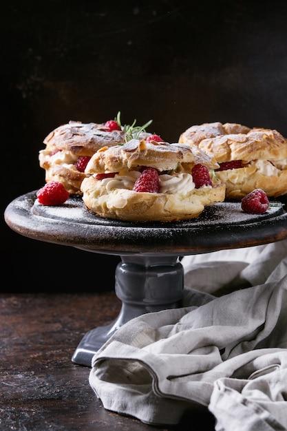 Choux cake paris brest com framboesas Foto Premium