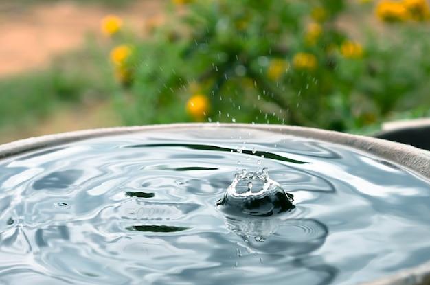 Chovendo pingando na jarra Foto Premium