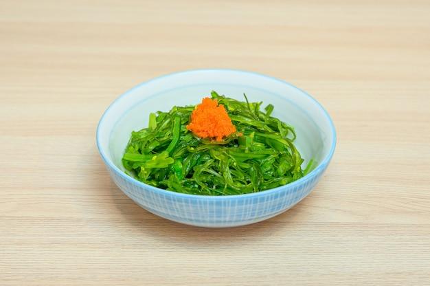 Chuka wakame salada com ebiko no copo Foto Premium
