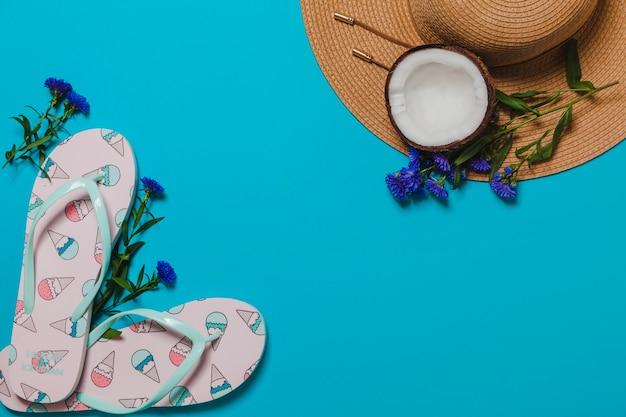 Chupetas de sorvete e chapéu com coco Foto gratuita