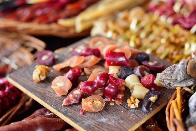 Churchkhelas pedaços closeup. churchkhela no bazar. uma pilha de doces orientais. Foto Premium