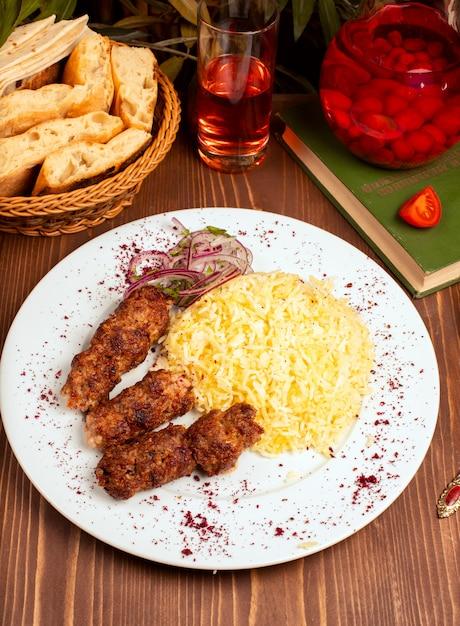 Churrasco de frango carne, churrasco, almôndegas com enfeite de arroz Foto gratuita