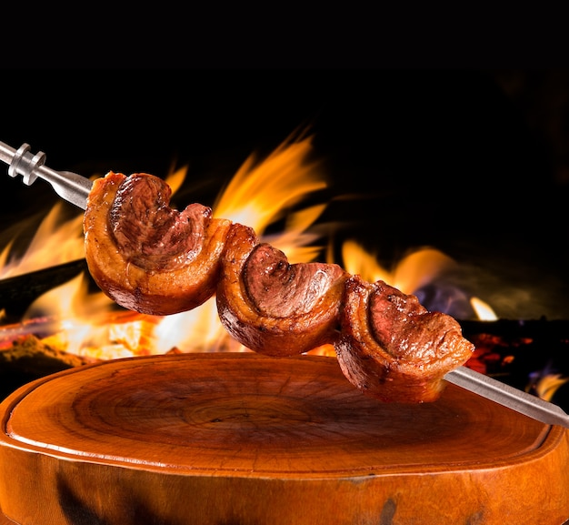 Churrasco tradicional brasileiro perto do fogo Foto Premium