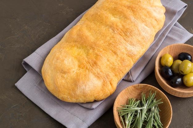 Ciabatta. pão italiano fresco do ciabatta com ervas. Foto Premium