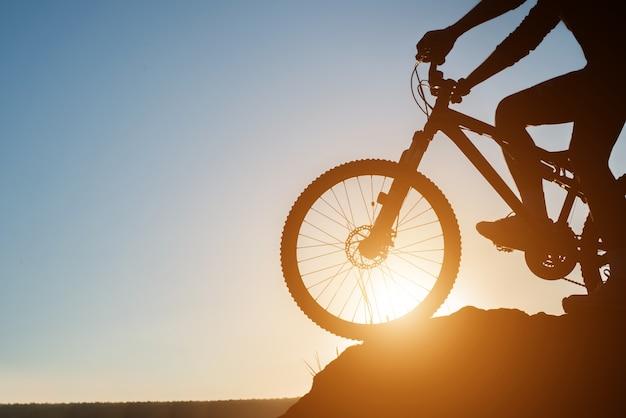 Ciclismo curso estilo de vida de férias de montanha Foto gratuita