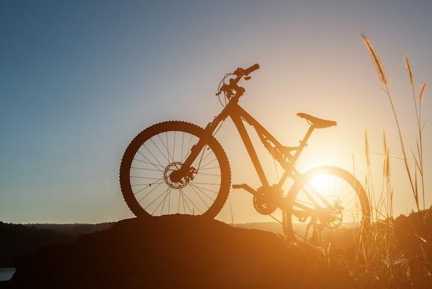 Ciclismo de lazer passeios a céu negro Foto gratuita
