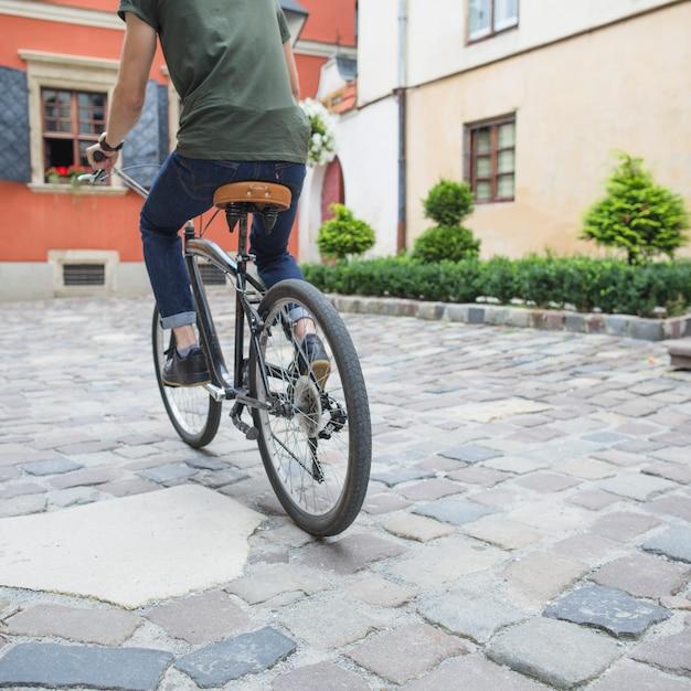 Ciclista, bicicleta equitação, ligado, pavimento pedra Foto gratuita